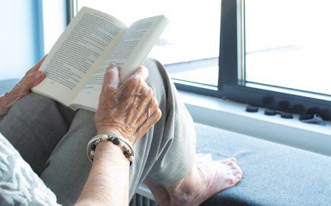 Osoba starsza czytająca książkę