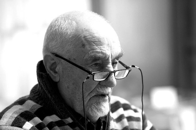 Starszy mężczyzna w okularach