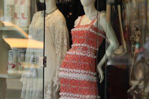 Wystawa z sukienkami