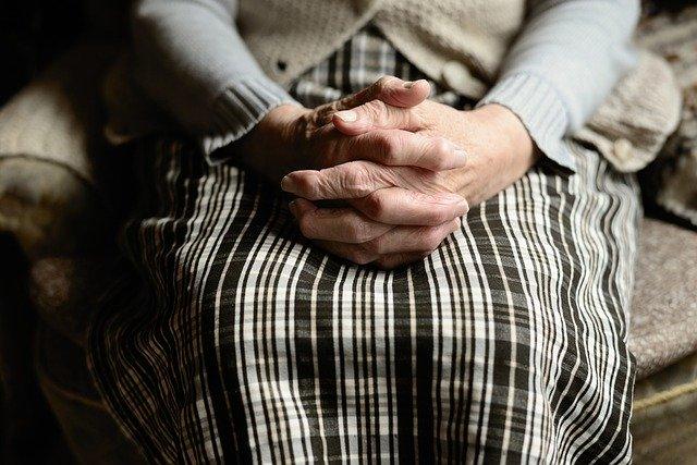 Dłonie seniora